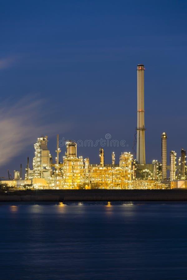 Raffineria di petrolio in porto alla notte fotografia stock libera da diritti