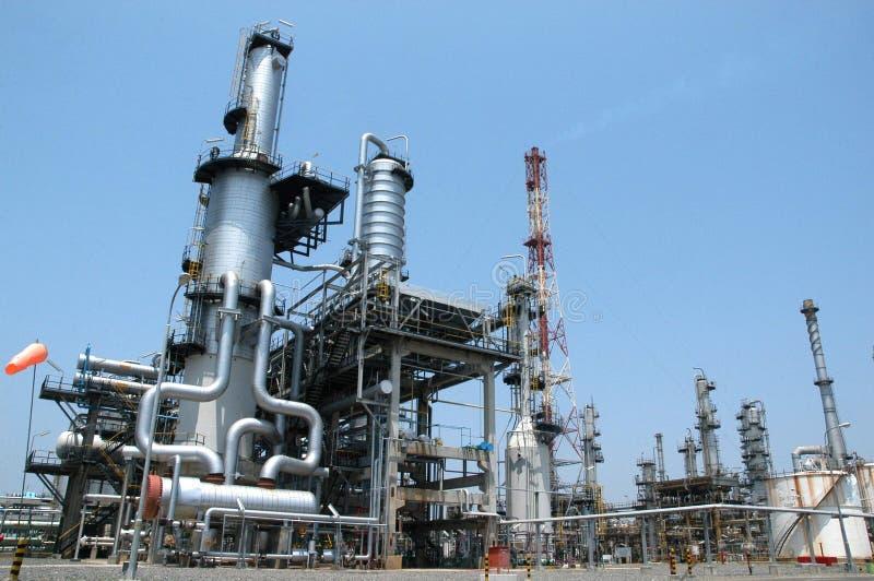 Raffineria di petrolio sterlineata fotografia stock libera da diritti