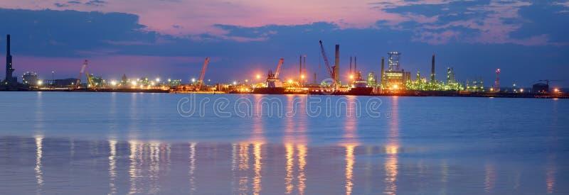 Download Raffineria Di Produzione Del Combustibile E Del Petrolio Fotografia Stock - Immagine di tubo, panorama: 56876796