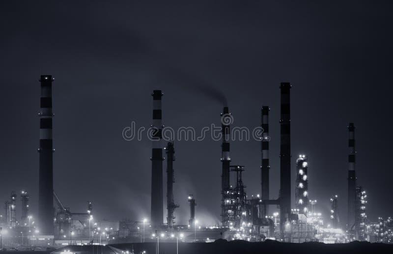 Raffineria entro la notte fotografie stock