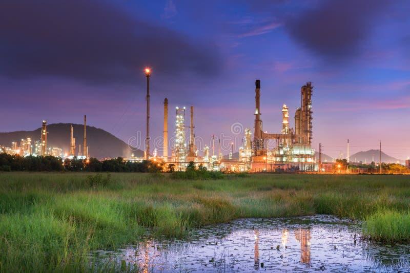 Raffinerieöl- und -gasanlage in der Dämmerung stockfotografie