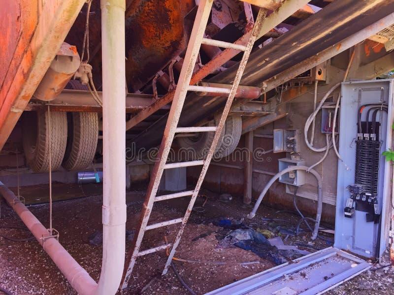 Raffinerie abandonnée 01 de roche images stock