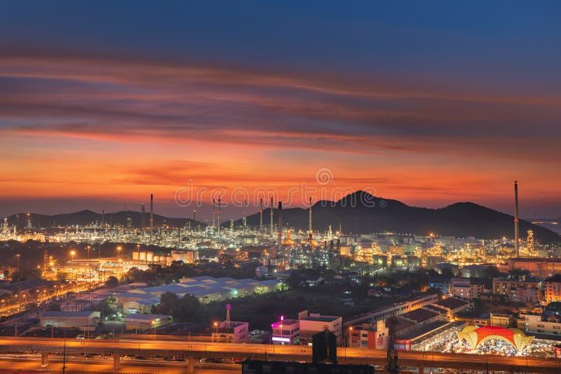 Raffinerie-Anlage am frühen Abend das schöne Licht nahe glänzend lizenzfreie stockfotos