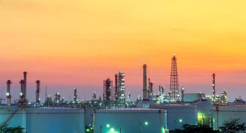 Raffinerie bei Sonnenuntergang stockbilder