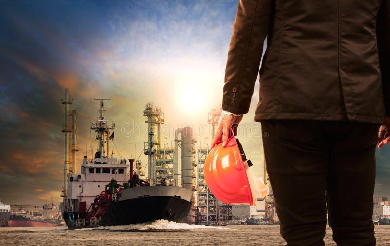 Raffinerie d'ouvrier et de pétrole avec le transport de bateau de stockage de gaz de lpg photos stock