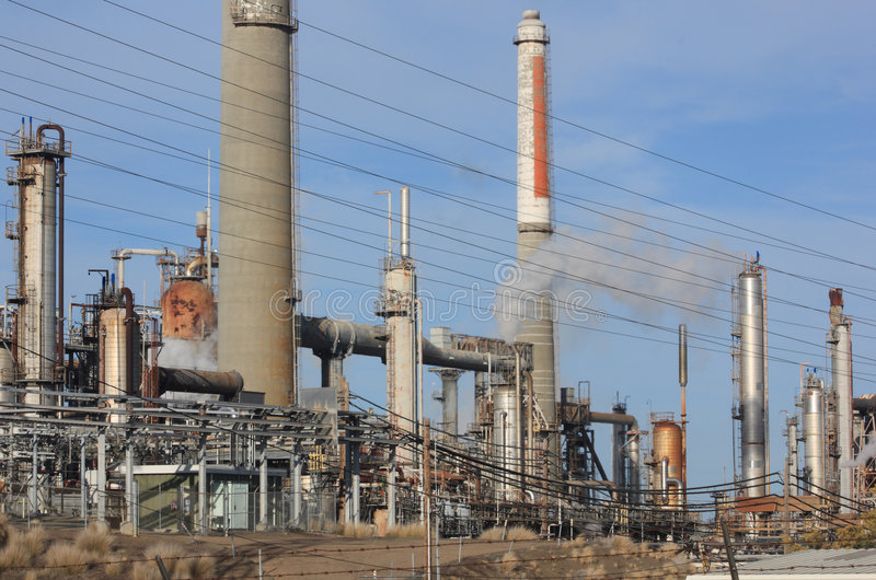 Download Raffinerie de pétrole photo stock. Image du toxique, fumée - 8657092