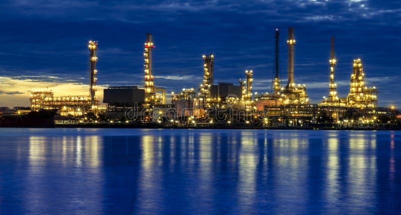 Raffinerie de pétrole au crépuscule image stock