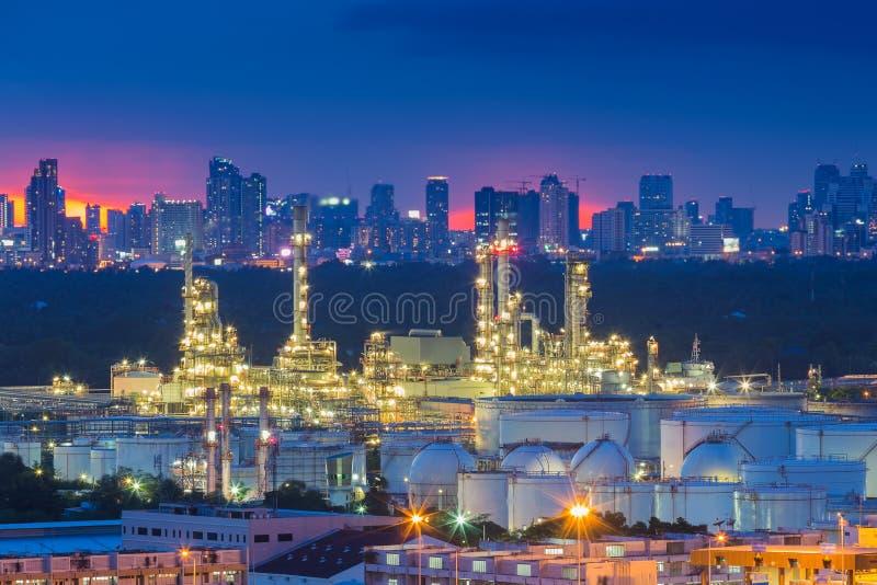 Raffinerie de pétrole au crépuscule avec le fond de ville photo libre de droits
