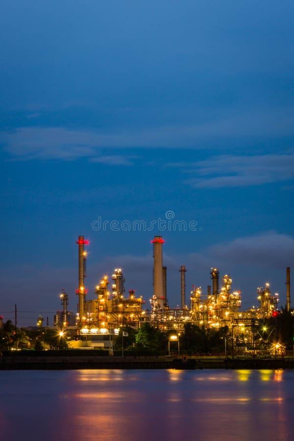 Raffinerie de pétrole au crépuscule, le fleuve Chao Phraya, Thaïlande photo libre de droits