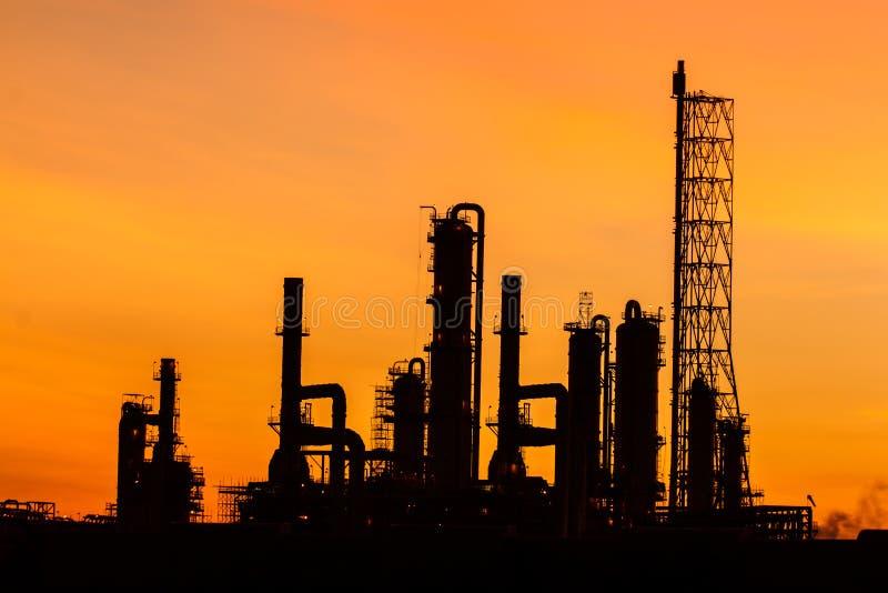 Raffinerie de pétrole au crépuscule, silhouette images stock