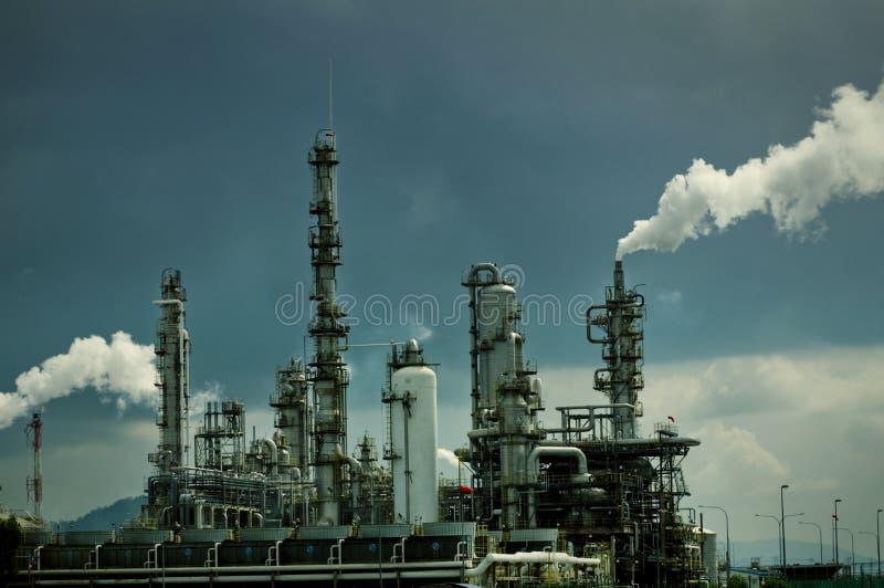 Raffinerie de pétrole avec de la fumée image libre de droits