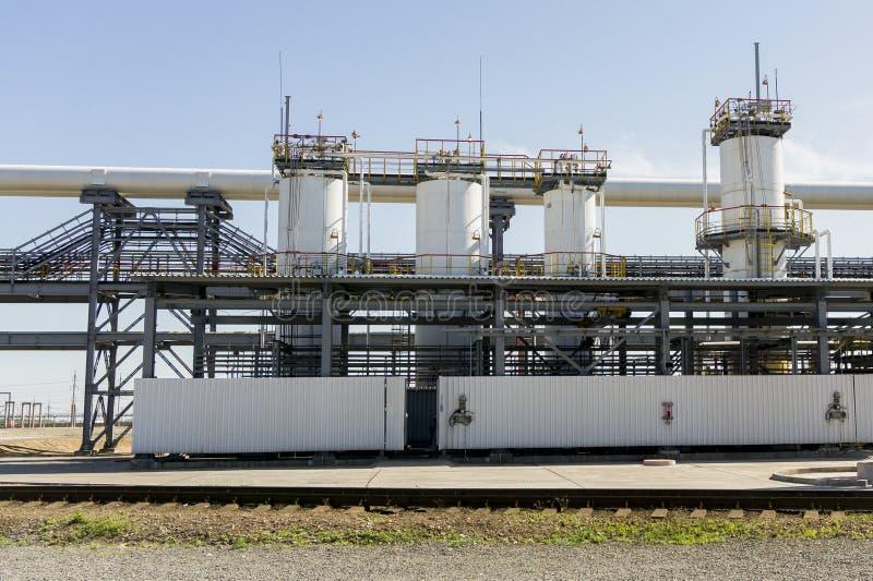Raffinerie de pétrole en Russie ?quipement et complexes pour le traitement d'hydrocarbure Section des colonnes technologiques pou image stock