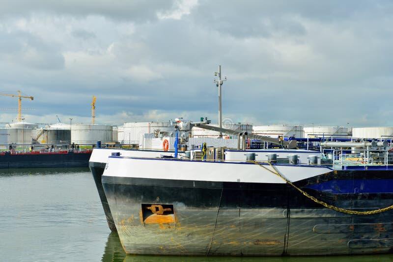 Raffinerie de pétrole et pétrolier dans le port du rotte photo stock