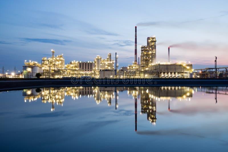 Raffinerie de pétrole la nuit photos libres de droits