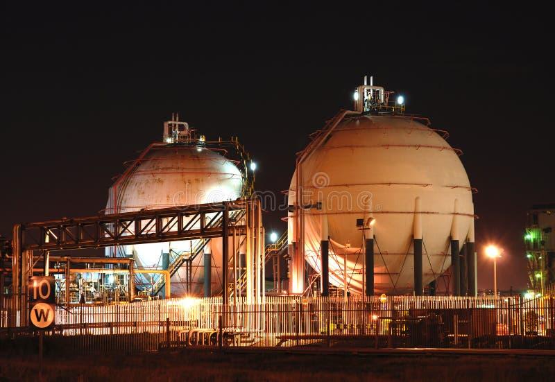 Raffinerie de pétrole la nuit photo libre de droits