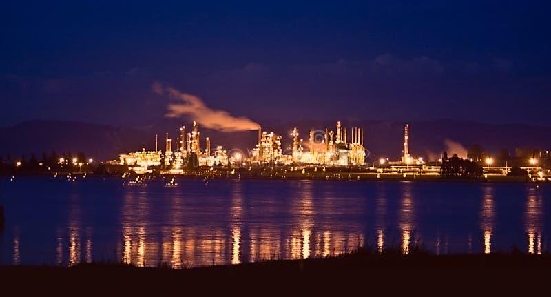 Raffinerie de pétrole la nuit Anacortes photo libre de droits