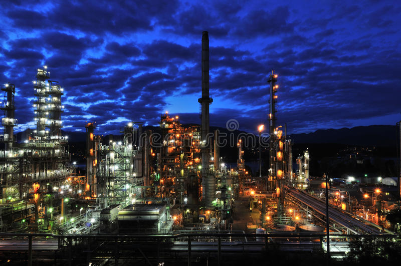 Raffinerie de pétrole la nuit, Burnaby photos libres de droits