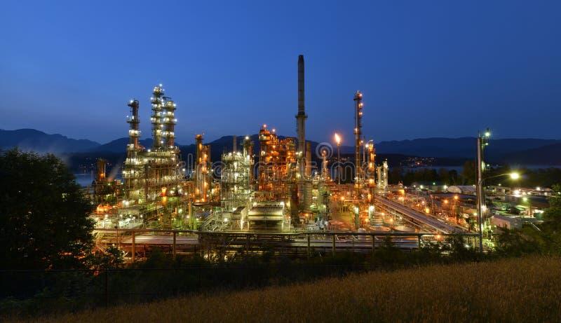 Raffinerie de pétrole la nuit, Burnaby photographie stock