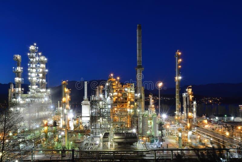 Raffinerie de pétrole la nuit, Burnaby photographie stock libre de droits