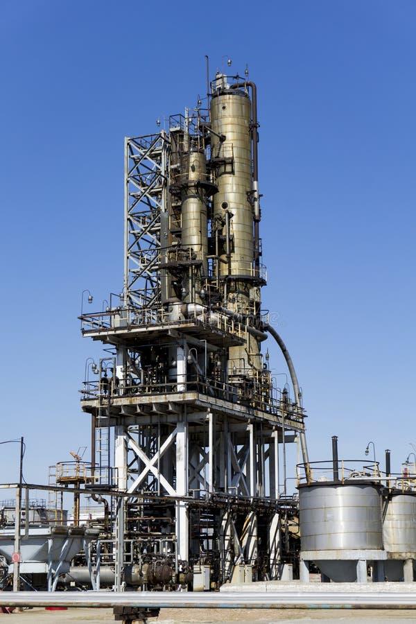 Raffinerie de p?trole en Russie ?quipement et complexes pour le traitement d'hydrocarbure Section des colonnes technologiques pou images libres de droits