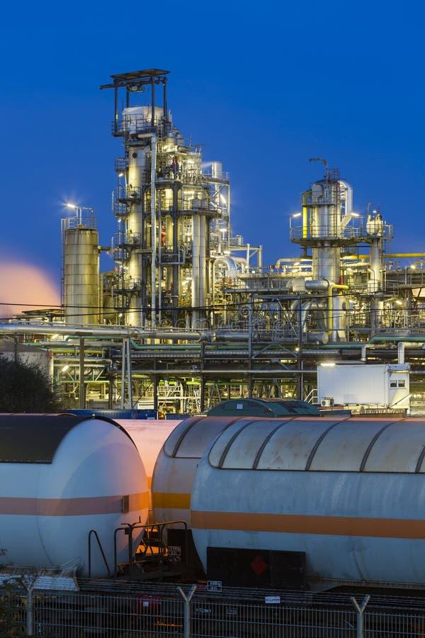 Raffinerie et trains de pétrole la nuit photo stock