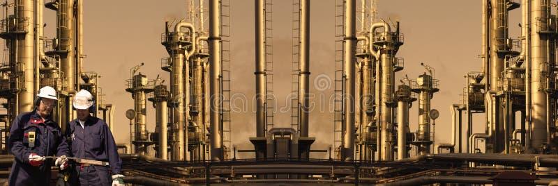 Raffinerie géante avec des travailleurs, vue panoramique photographie stock libre de droits
