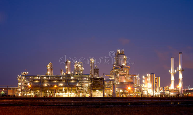 Raffinerie la nuit photographie stock