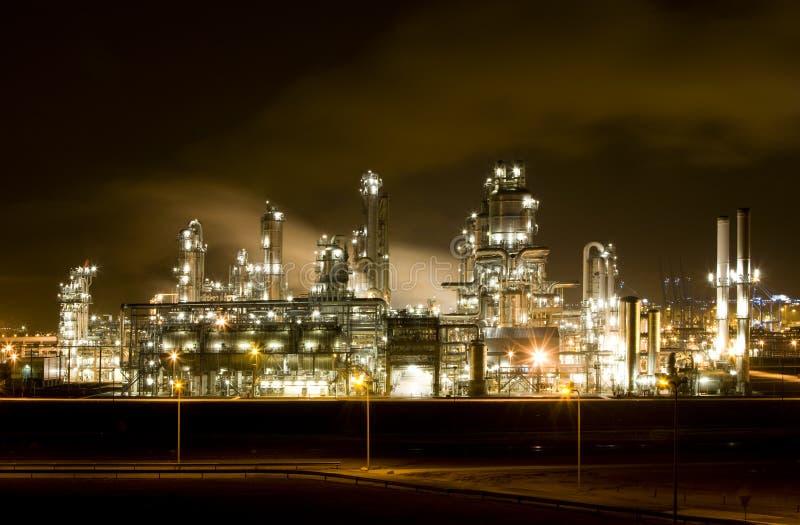 Raffinerie la nuit image stock