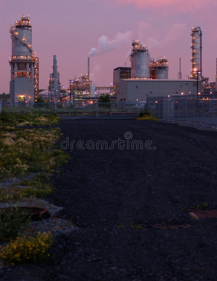 Raffinerie nachts in Montreal (rosafarbene Version 2) lizenzfreies stockfoto
