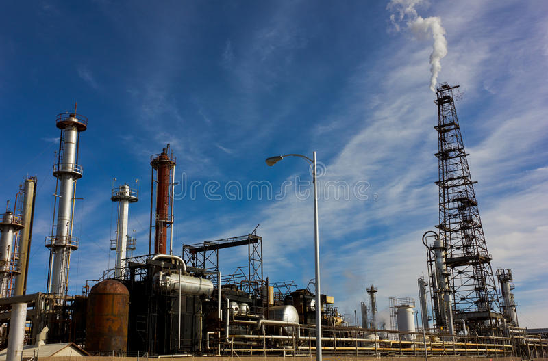 Raffinerie occupée d'usine image stock
