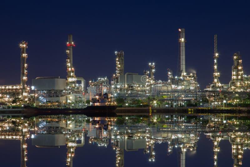 Raffinerie terrestre au crépuscule pour exiger l'hydrocarbure pour remplir de combustible et le produit pétrochimique image stock