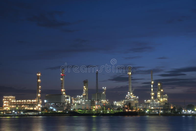 Raffineriebetriebsbereich an der Dämmerung stockbilder