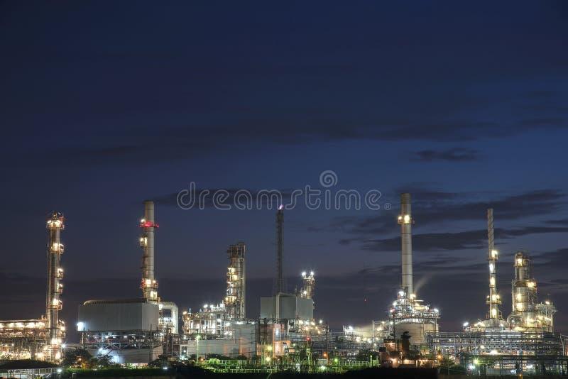 Raffineriebetriebsbereich an der Dämmerung stockbild
