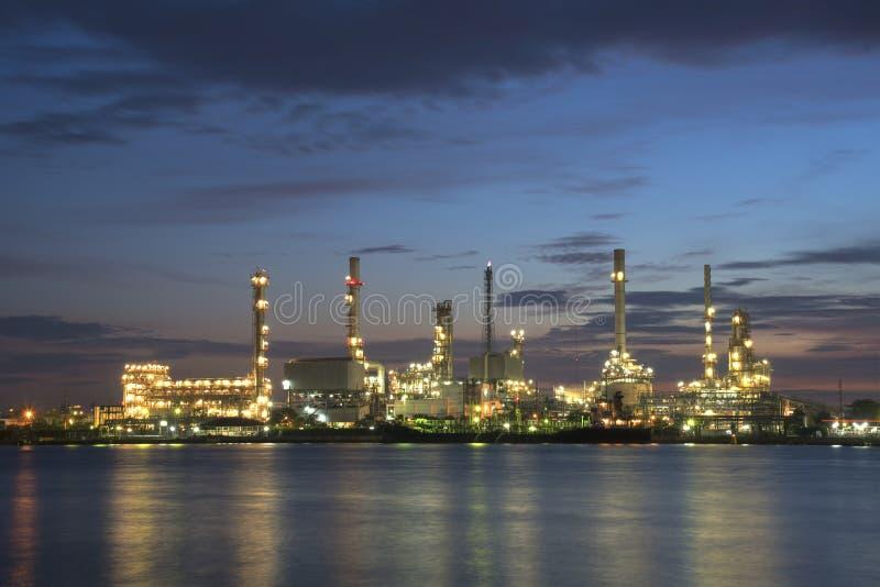 Raffineriebetriebsbereich an der Dämmerung lizenzfreie stockfotografie