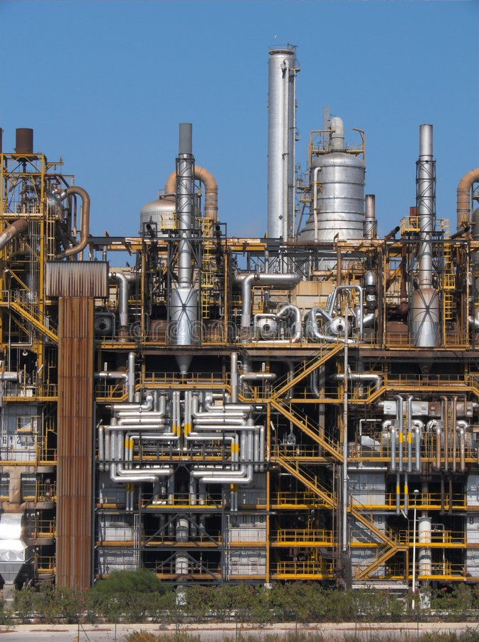 Raffineriekamine stockfotografie