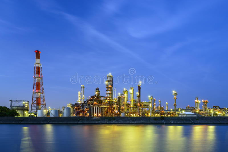 Raffinerien auf einem Fluss lizenzfreies stockfoto