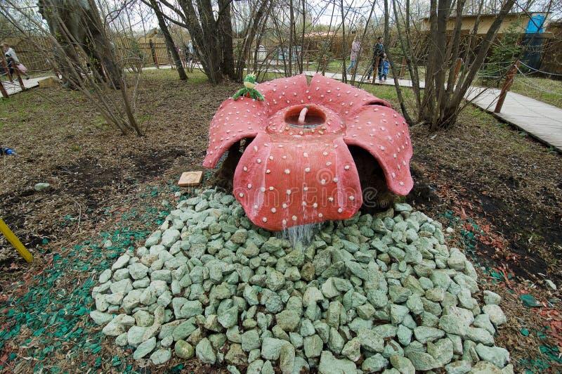 Rafflesia den förhistoriska rovdjurs- blomman i dinosaurie parkerar, Moskva, Ryssland royaltyfri foto