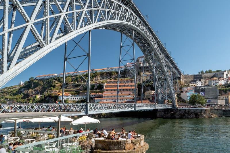 Raffreddando fuori sul lungomare di Ribeira, Oporto, Portogallo immagini stock libere da diritti
