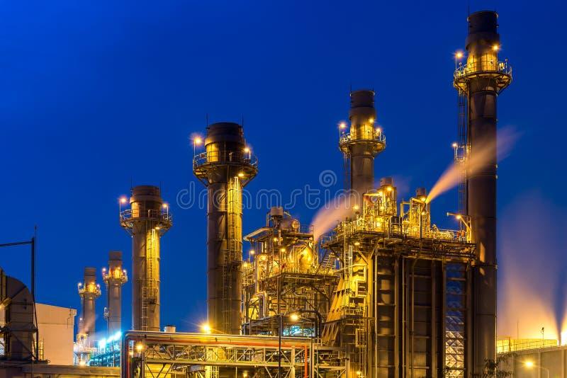 Rafineria ropy naftowej budynku budowa przy zmierzchem i roślina zdjęcia royalty free