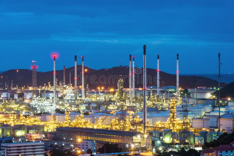Rafineria ropy naftowej i zakład petrochemiczny przy półmrokiem obrazy stock