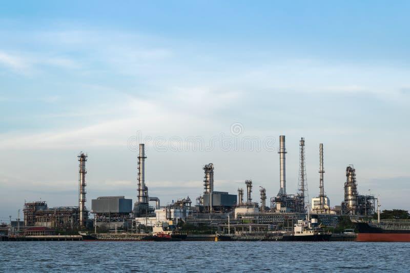 Rafineria ropy naftowej lokalizuje rzeką I wysyła transport w Bangkok Tajlandia zdjęcie stock