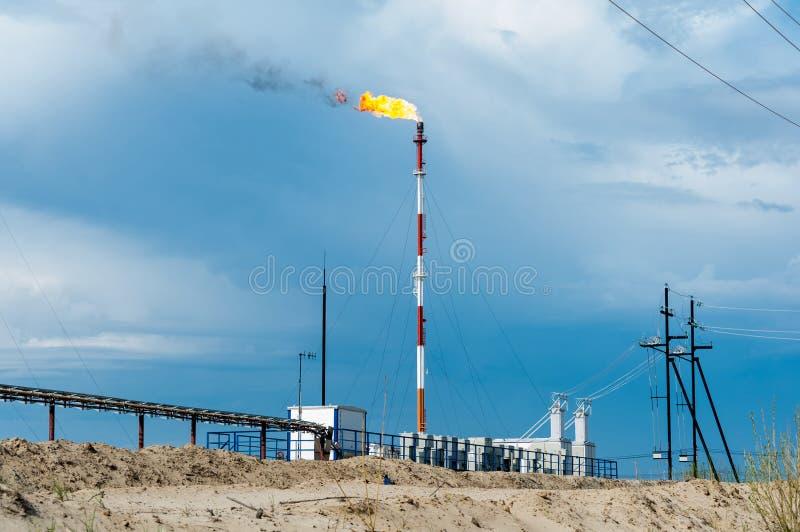 Rafineria ropy naftowej ogienia gazu pochodnia Ponaftowy pojęcie zdjęcie royalty free