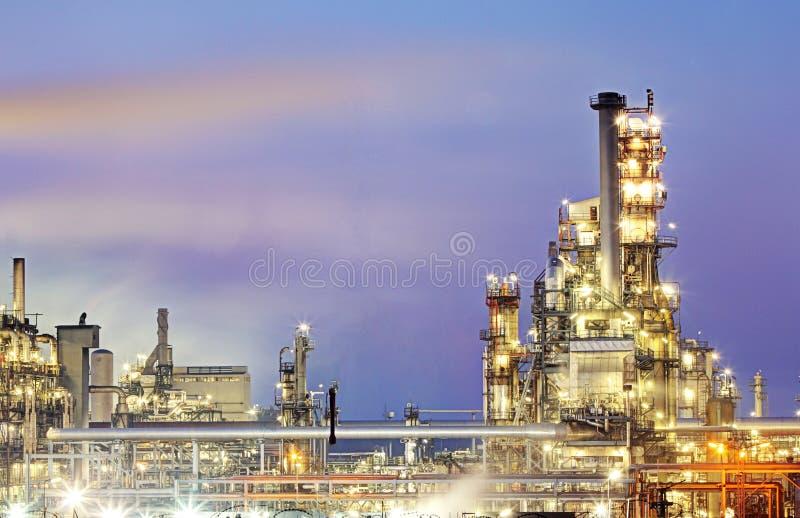 Rafineria ropy naftowej, petrochemicznego przemysłu nocy scena obraz royalty free