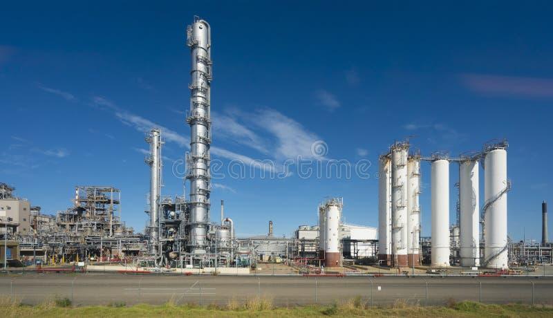 Rafineria ropy naftowej przeciw niebieskiemu niebu zdjęcia royalty free