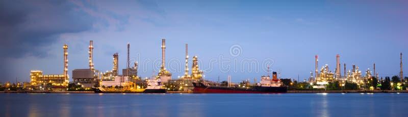 Rafineria ropy naftowej przemysłu roślina w mrocznym czasie obraz stock