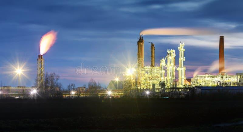 Rafineria Ropy Naftowej przy nocą z dymną stertą obrazy royalty free