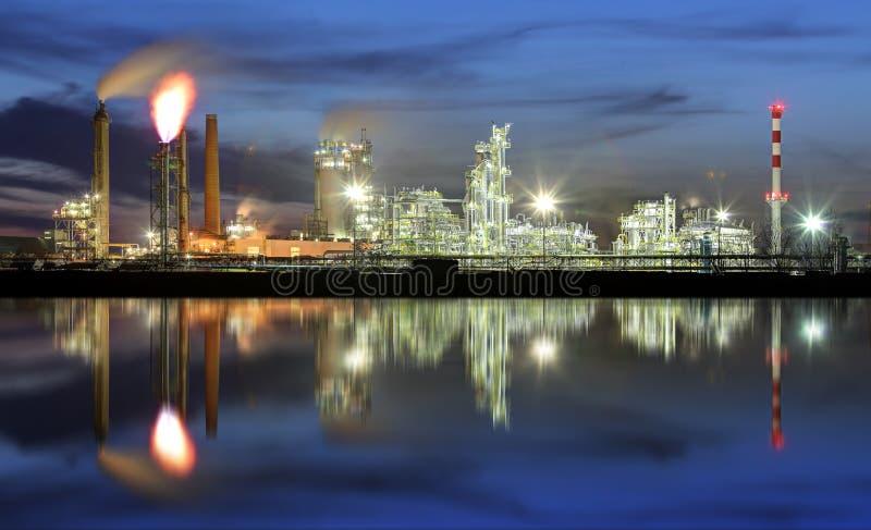 Rafineria ropy naftowej przy noc? z odbiciem w wodzie zdjęcie royalty free