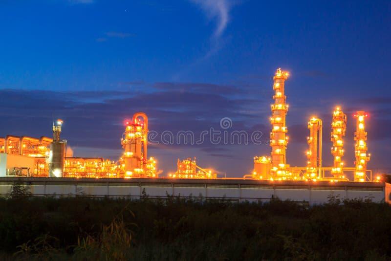 Rafineria ropy naftowej przy zmierzchem z niebieskim niebem obrazy stock
