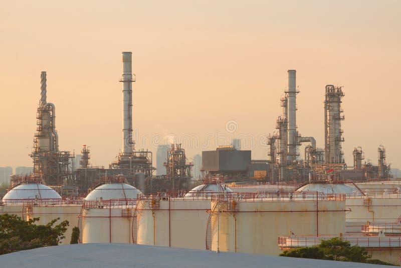 Rafineria ropy naftowej z cysternowym gospodarstwem rolnym w mieście podczas zmierzchu g obrazy stock