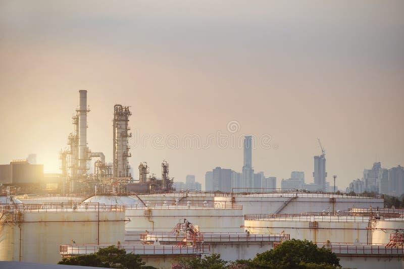 Rafineria ropy naftowej z cysternowym gospodarstwem rolnym w mieście podczas zmierzchu g fotografia stock